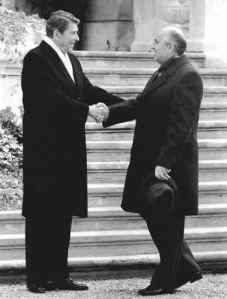 reagan-grobachev-shaking-hands